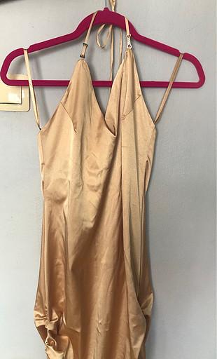 Sarı saten elbise