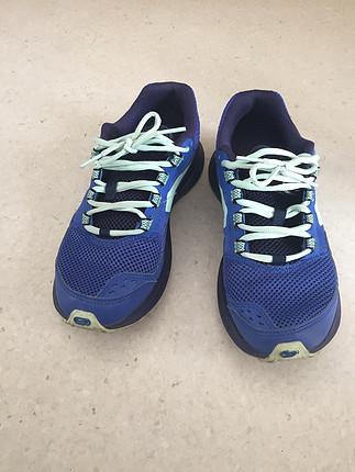 Az kullanılmış spor ayakkabı