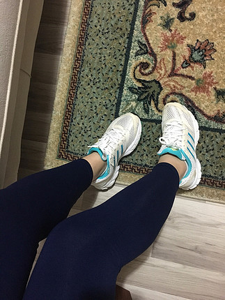 Adidas koşu ayakkabısı.