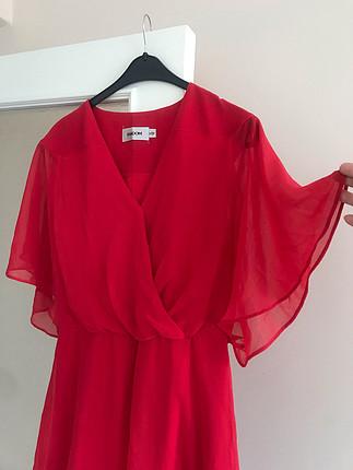 Kırmızı elbiseniz olsun, heryerde işe yarar