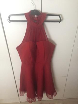 Kırmızı boğaz detaylı elbise