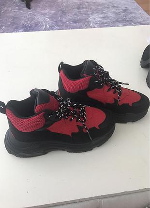 kırmızı topuklu spor ayakkabı