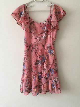 Omzu açık fırfır detaylı elbise
