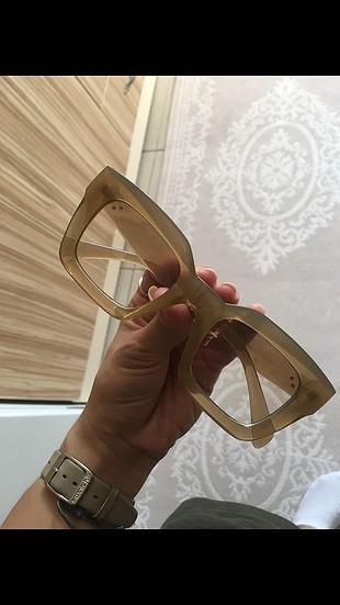 Asos kemik gözlüktür..krem rengi camında da hafif renk vardır