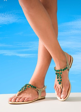 Altın rengi yeşil taşlı sandalet