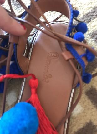 Ponponlu sandalet