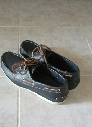 Çok iyi durumda az giyinmiş klasik bir timberland ayakkabı