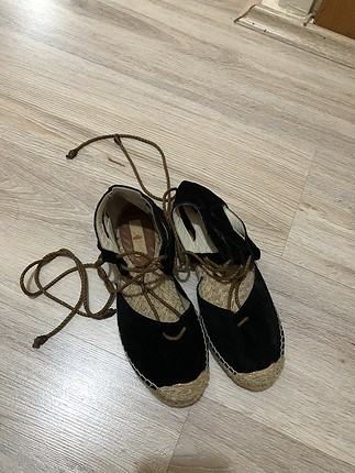 Siyah hasır topuklu süet sandalet
