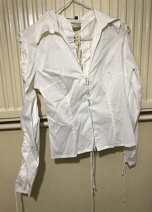 Beyaz ipli gömlek