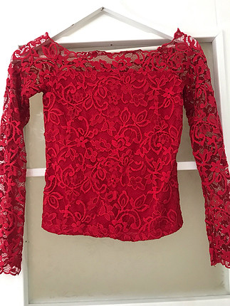 Kırmızı dantelli madonna yaka bluz