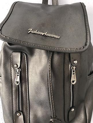 Gri parlak sırt çantası
