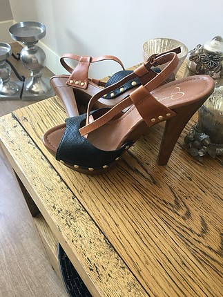 Jessica Simpson marka sandalet ev ortamında denendi