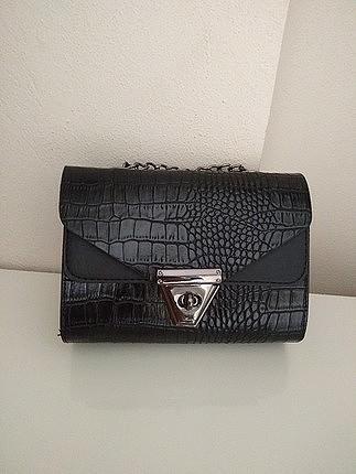 siyah renk askılı şık çanta