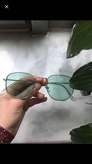 Renkli camlı gözlük