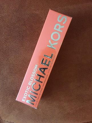 Michael Kors exotic blossom ambalajında